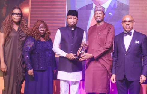 MD/CEO, CSCS, Plc, Haruna Jalo-Waziri receiving the Market Choice Award from Alhaji Tajudeen Aminu Dantata, Chairman/CEO of Dantata Foods and Allied Products Limited (DFAP); while from L-R are Mrs. Yetunde Adenaiya, Head, HR, Mrs. Onome Komolafe, Divisional Head, Shared Services; and Elder UK Eke, MFR, GMD, FBN Holdings Plc during the presentation of the Award to CSCS Plc at the Nigerian Investor Value Awards (NIVA) 2021