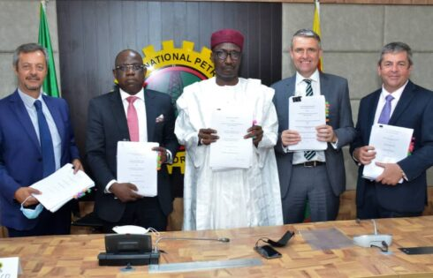 L-R: MD, Nigerian Agip Exploration Ltd, Mr. Roberto Daniele; MD, Shell Nigeria Exploration and Production Company Ltd (SNEPCo), Mr. Bayo Ojulari, GMD, NNPC, Mallam Mele Kyari, MD, Total Exploration and Production Nigeria Ltd, Mr. Mike Sangster; and MD,Esso Exploration and Production Nigeria Ltd, Mr. Richard Laing, displaying the agreements signed on the resolution of disputes to give OML118 a new lease of life… Tuesday.